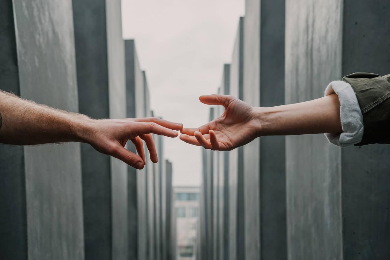 Ett par som håller hand
