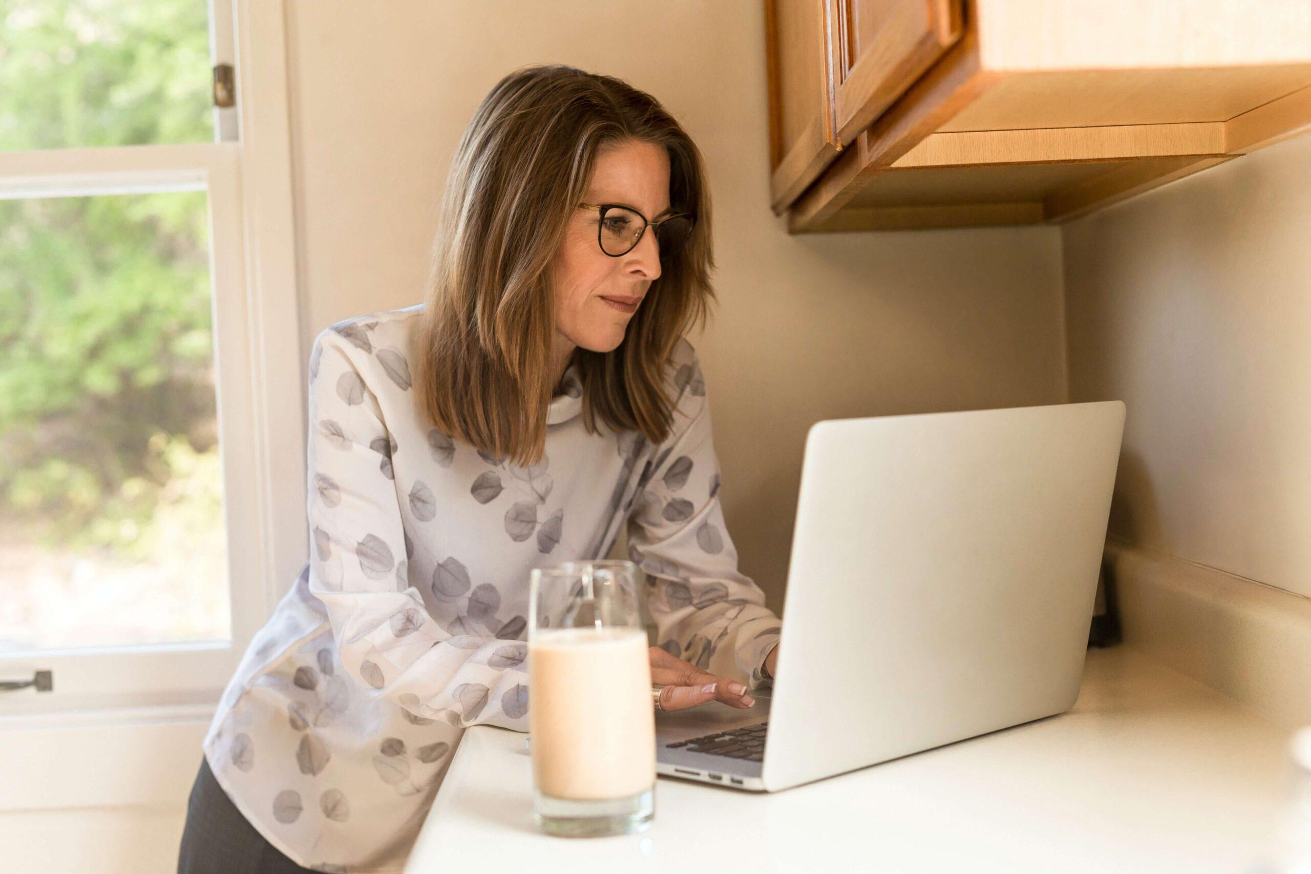 Kvinna som nätdejtar