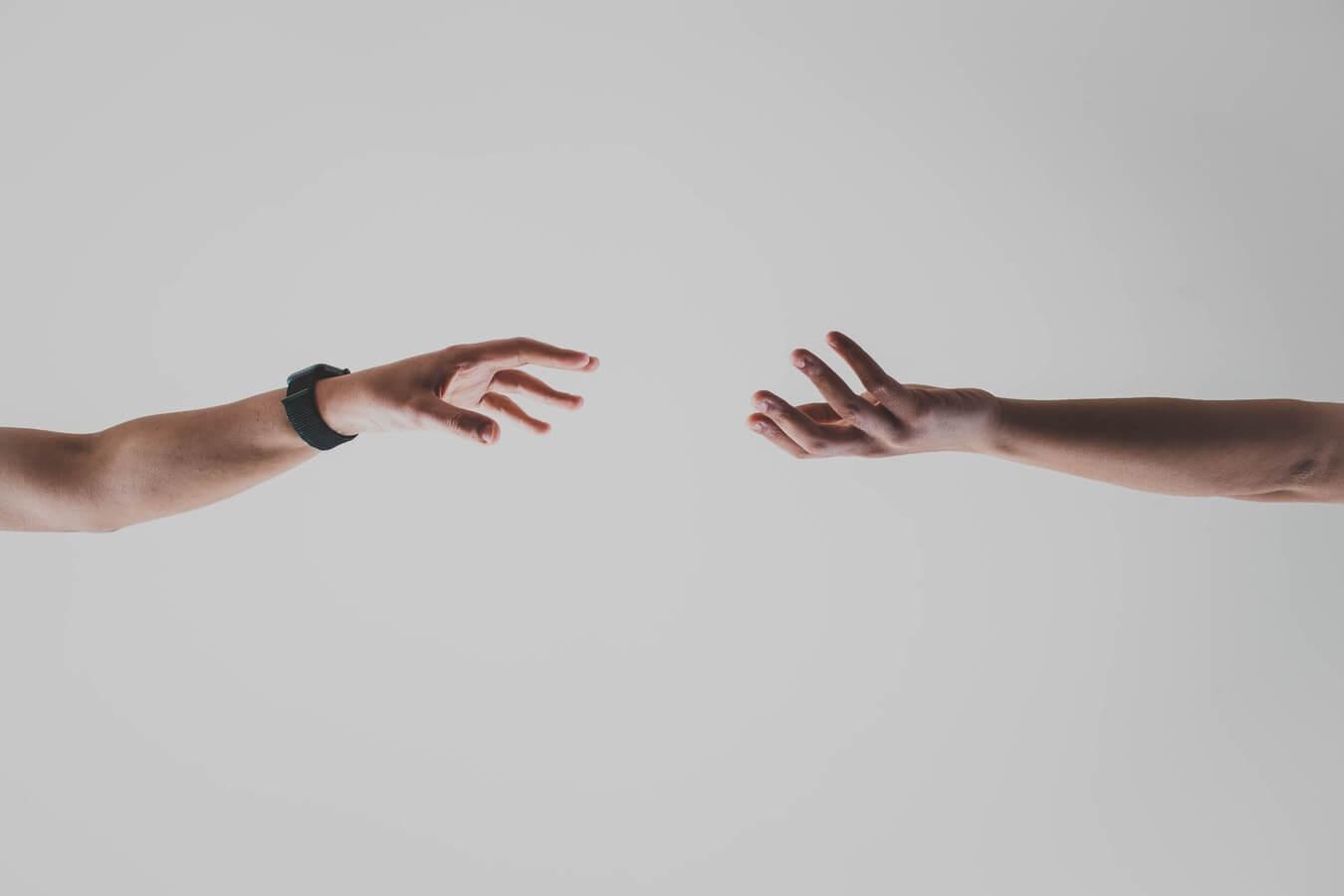 Två personer som försöker nå varandra